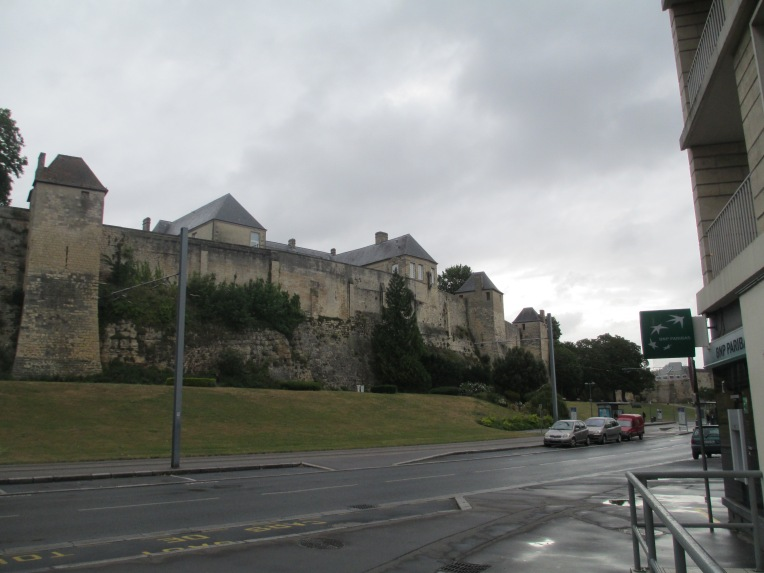 caen is william the conquerors castle it dates to c1060 and would have been a wood and earth construction originally though the walls were rapidly built - Single Wall Castle 2015